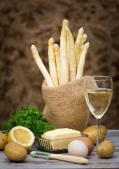 frischer Spargel und Wein in rustikalem Ambiente