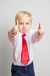 Kind mit Krawatte hält beide Daumen hoch