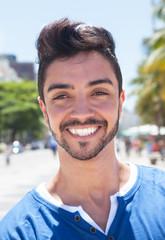 Portrait eines modischen jungen Mannes an der Avenida Atlantica