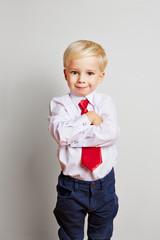 Junge mit Krawatte und verschränkten Armen