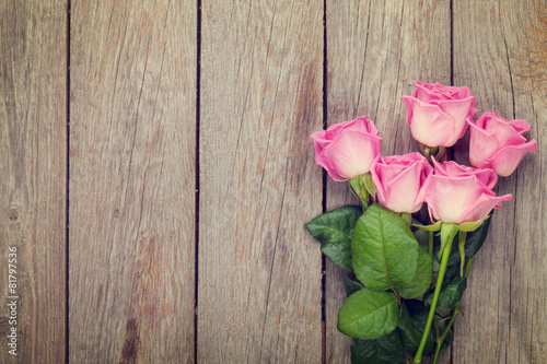 Fotobehang Rozen Pink roses bouquet over wooden table