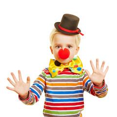 Kind macht Pantomime als Clown zu Karneval