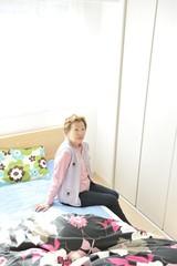 ベッドの上に座っている高齢者の女性