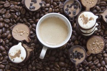 Espresso auf Kaffeebohnen mit Pralinen in Kaffeetassenform