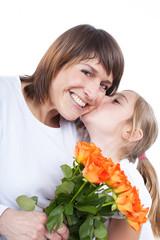 Tochter überrascht ihre Mutter mit einem Blumenstrauss