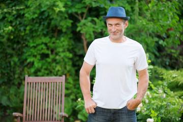 Mann mit Hut im Garten, Portrait