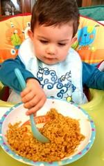 Niño comiendo paella