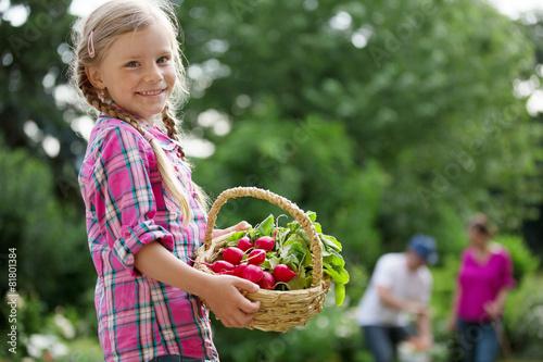 Mädchen mit Radieschen im Korb