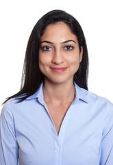 Bewerbungsfoto einer lachenden türkischen Geschäftsfrau