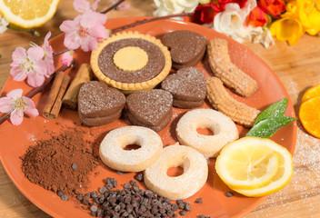 Gocce di cioccolato con cacao,biscotti,agrumi e fiori