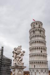 Torre pendente di Pisa, campanile e statua degli angeli