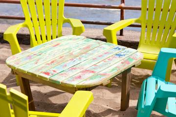 petite table basse et chaises plastique sur plage