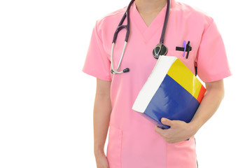医学書を持つ医師