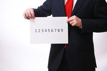 番号札を持つ男性