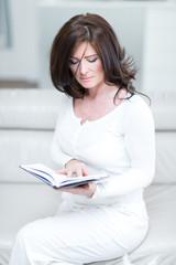Frau mit Terminkalender