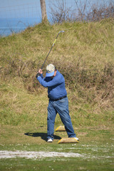 golfista golpeando a la bola