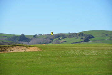 banderin en el hoyo de un campo de golf
