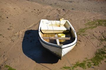 embarcacion encallada en la arena