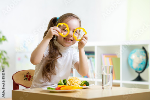 kid eating in kindergarten - 81823961