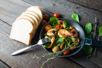 Shrimp fried with vegetables