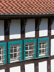 Fenster mit grünen Rahmen eines Fachwerkhauses in Bielefeld