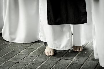 Penitente descalzo en la procesión de la calle