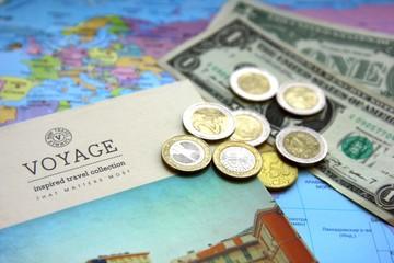 Карта, блокнот для планирования путешествия и деньги