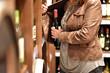Leinwanddruck Bild - Ladendiebstahl von Alkohol im Supermarkt