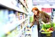 Leinwanddruck Bild - - Frau kauft Lebenmittel im Supermarkt ein -