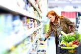 - Frau kauft Lebenmittel im Supermarkt ein -