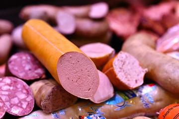 verschiedene Wurstwaren in einer Fleischerei zum Verkauf