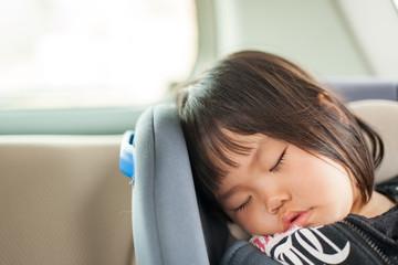 車内で寝る子供