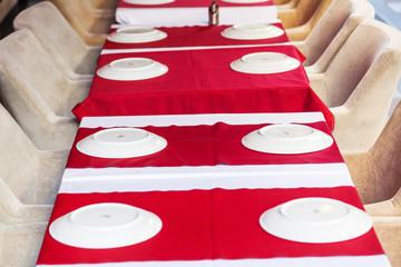 gedeckte Tische eines Straßenrestaurants