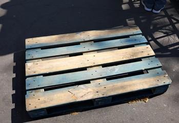 Palette de bois sur le sol