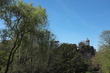 Temple d'amour, arbres et ciel bleu, Buttes Chaumont, Paris