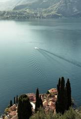Bateau et berges d'un lac italien