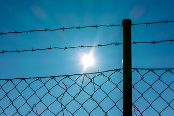 Stacheldraht und Sonnenschein