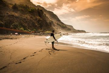 Surfer im Sonnenuntergang von Teneriffa