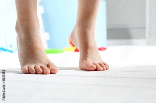 Dziecięce  bose stopy - 81857585