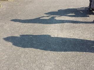 Ombra fotografa l'ombra di una mamma col passeggino