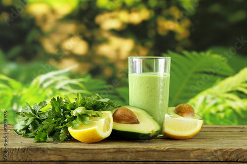 drink a smoothie with avocado, herbs and yogurt - 81859976