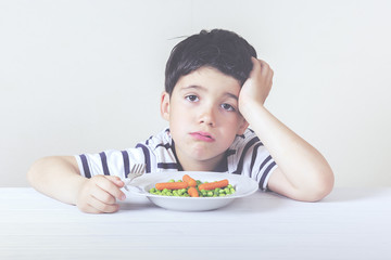 niño triste con la comida