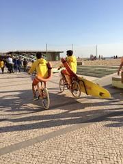 dos socorristas en el paseo maritimo