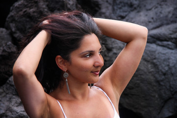 Frau an Felsen Meer