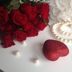 красные розы, белые жемчуга