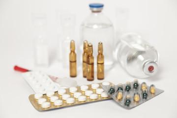Tabletten und Ampullen