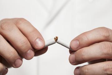 Arzt rät mit dem Rauchen aufzuhören