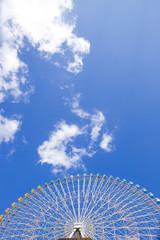 横浜コスモワールドの観覧車と青空