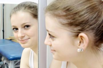 Patient vor Spiegel bei Ergotherapie