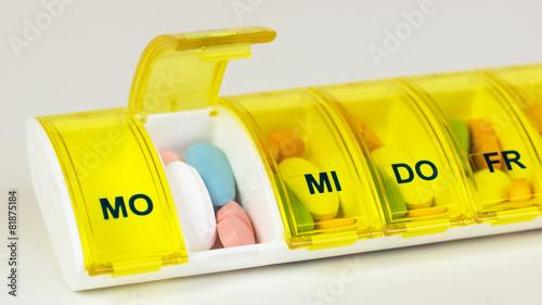 Leinwanddruck Bild Tabletten einnehmen - Medikamente nehmen - Dosierer - dosieren